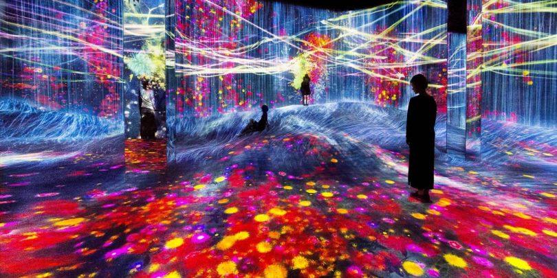 在人们聚集的岩丘上,注入水粒子的世界 / Universe of Water Particles on a Rock Hill where People Gather